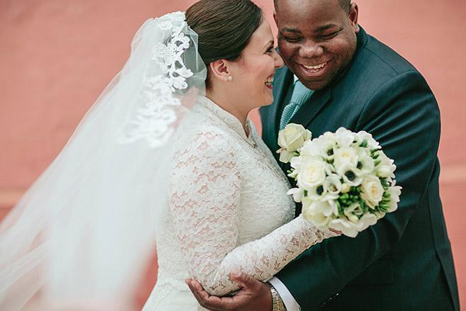 Hochzeitsreportage-Foto von strahlendem Brautpaar bei Hochzeit auf Schloss und Gut Liebenberg aufgenommen von professionellem Hochzeitsfotografen © Hochzeitsfotograf Berlin www.hochzeitslicht.de