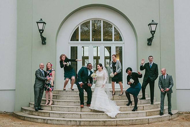 Hochzeits-Gruppenfoto von Hochzeitsgesellschaft vor Schloss und Gut Liebenberg © Hochzeitsfotograf Berlin www.hochzeitslicht.de