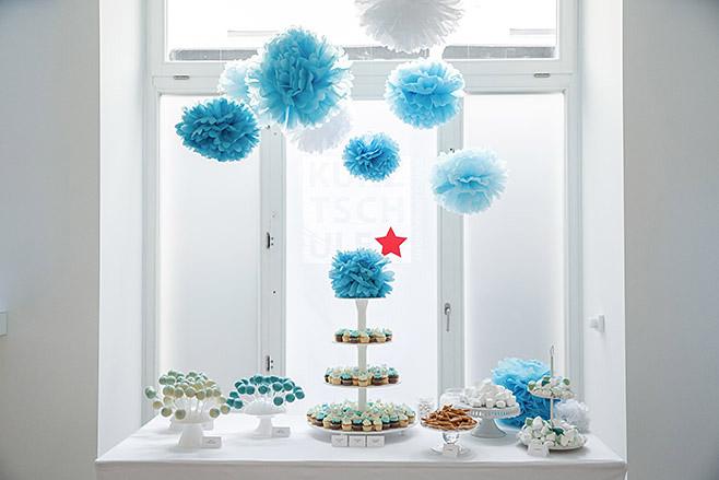 Candybar mit Marshmallows, Cake Pops und Cupcakes von Ben & Bellchen dekoriert mit Pompoms bei Hochzeit in Berlin Mitte © Hochzeitsfotograf Berlin www.hochzeitslicht.de