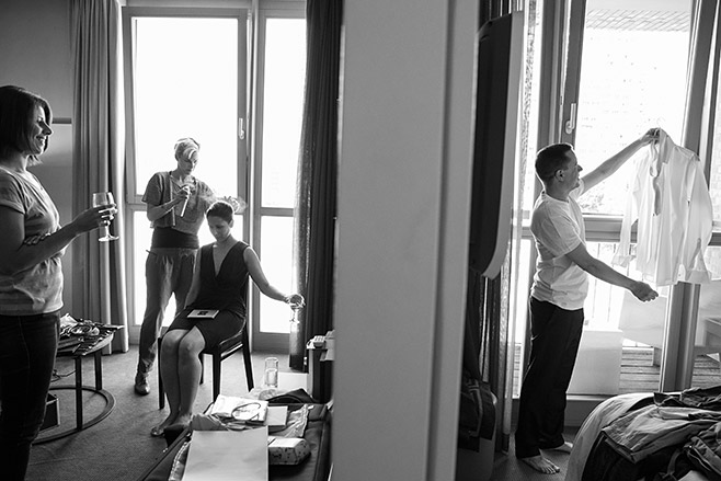 Hochzeitsreportage-Foto von Vorbereitungen von Braut und Bräutigam im Adina Apartment Hotel auf Hochzeit in Kunztschule Berlin-Mitte © Hochzeitsfotograf Berlin www.hochzeitslicht.de