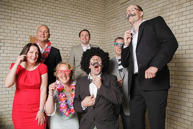 Hochzeitsgäste bei Photobooth Fotoshooting während Hochzeit in Kunztschule Berlin-Mitte © Hochzeitsfotograf Berlin www.hochzeitslicht.de