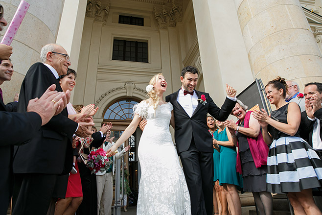 Hochzeitsreportage-Foto von Auszug des Brautpaares nach freier Trauung im Französischem Dom, Berlin © Hochzeitsfotograf Berlin www.hochzeitslicht.de