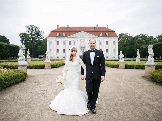 Brautpaarfoto vor Schloss Friedrichsfelde im Tierpark Berlin © Hochzeitsfotograf Berlin www.hochzeitslicht.de