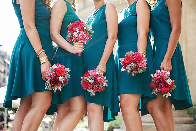 Hochzeitsfoto der Brautjungfern in türkisen Kleidern mit pinken Blumensträußen von Marsano Blumen Berlin © Hochzeitsfotograf Berlin www.hochzeitslicht.de