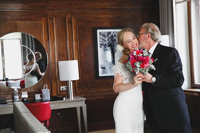 Hochzeitsreportage-Foto von Braut mit Brautvater vor Hochzeit im Hotel de Rome aufgenommen von professioneller Berliner Hochzeitsfotografin © Hochzeitsfotograf Berlin www.hochzeitslicht.de