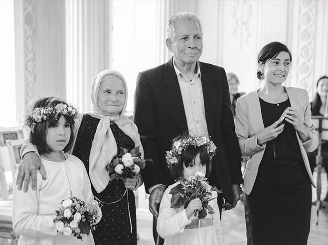 Hochzeitsreportage-Foto von Gästen bei standesamtlicher Trauung im Schloss Friedrichsfelde, Tierpark Berlin © Hochzeitsfotograf Berlin www.hochzeitslicht.de
