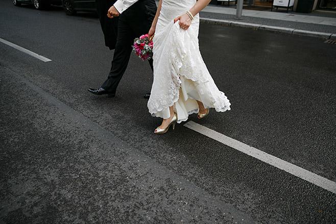 kreatives Brautpaarfoto von hochzeitslicht aufgenommen bei Hochzeit vor Hotel de Rome in Berlin-Mitte © Hochzeitsfotograf Berlin www.hochzeitslicht.de