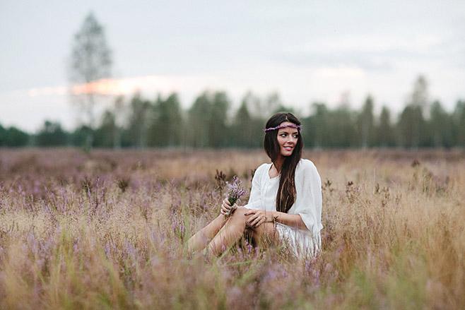 Portraitfoto im Bohemian Stil aufgenommen von professioneller Portraitfotografin in blühender Heide in Berlin © Fotostudio Berlin LUMENTIS