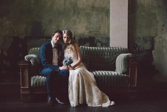Idee für romantisches Brautpaarfoto im Vintage-Stil aufgenommen von professioneller Hochzeitsfotografin © Hochzeitsfotograf Berlin www.hochzeitslicht.de