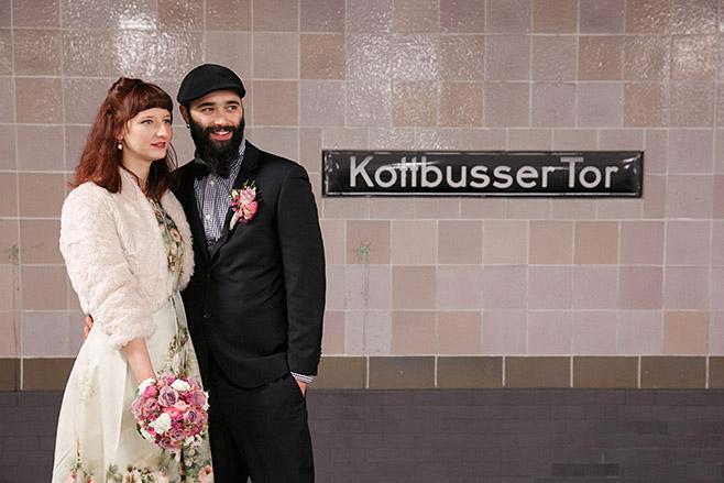 Brautpaarfoto im U-Bahnhof Kottbusser Tor bei Vintage-Hochzeit im Winter in Berlin © Hochzeitsfotograf Berlin www.hochzeitslicht.de