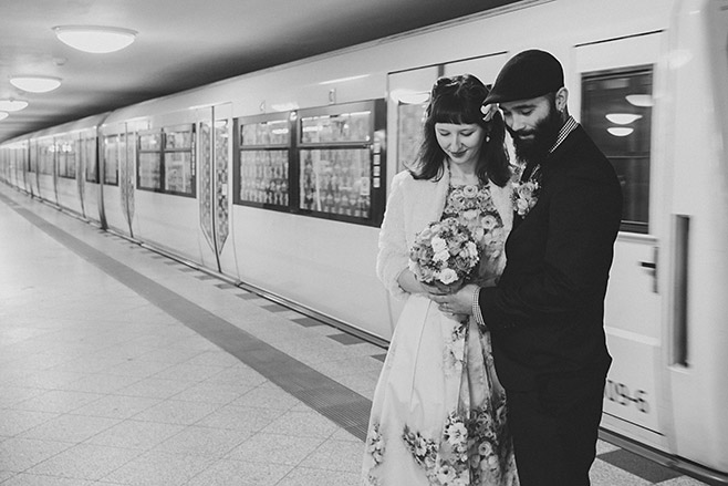 Moderne Hochzeitsfotografie in U-Bahnhof aufgenommen von Berliner Hochzeitsfotograf © Hochzeitsfotograf Berlin www.hochzeitslicht.de