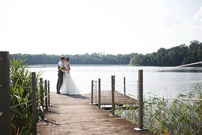 Hochzeitsfoto von Brautpaar am See aufgenommen von professionellem Hochzeitsfotograf auf Schloss Liebenberg © Hochzeitsfotograf Berlin www.hochzeitslicht.de