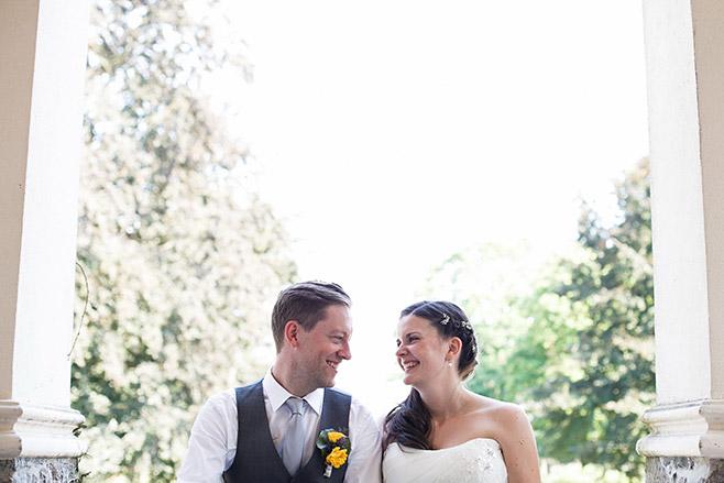 Brautpaarfoto bei Sommerhochzeit auf Schloss und Gut Liebenberg in der Nähe von Berlin © Hochzeitsfotograf Berlin www.hochzeitslicht.de