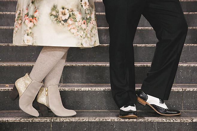 Kreatives Foto von vintage Schuhen bei Winter-Hochzeit in Berlin aufgenommen von professionellem Hochzeitsfotografen Berlin © Hochzeitsfotograf Berlin www.hochzeitslicht.de