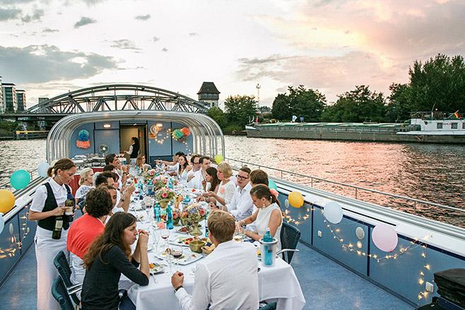 Eventfotografie aufgenommen von Eventfotograf auf Boot in Berlin-Friedrichshain bei Hochzeitstagsfeier © Fotostudio Berlin LUMENTIS