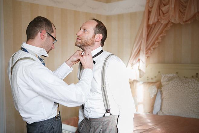 Hochzeitsreportagefoto von Vorbereitungen des Bräutigams in Villa Contessa Bad Saarow auf Vintage Hochzeit © Hochzeitsfotograf Berlin www.hochzeitslicht.de