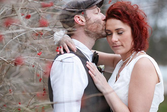 Brautpaarfoto aufgenommen von professionellem Hochzeitsfotografen aus Berlin bei Winter-Hochzeit in der Villa Contessa, Bad Saarow © Hochzeitsfotograf Berlin www.hochzeitslicht.de
