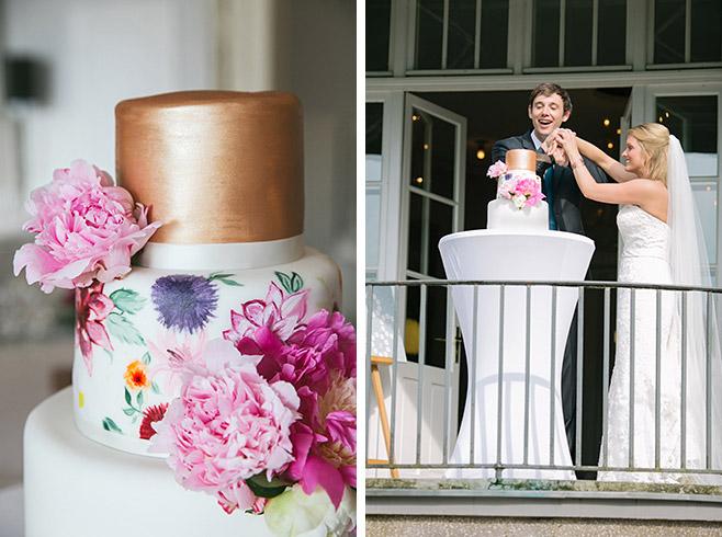 Hochzeitsreportagefoto vom Anschneiden der Hochzeitstorte aufgenommen von professioneller Hochzeitsfotografin © Hochzeitsfotograf Berlin www.hochzeitslicht.de