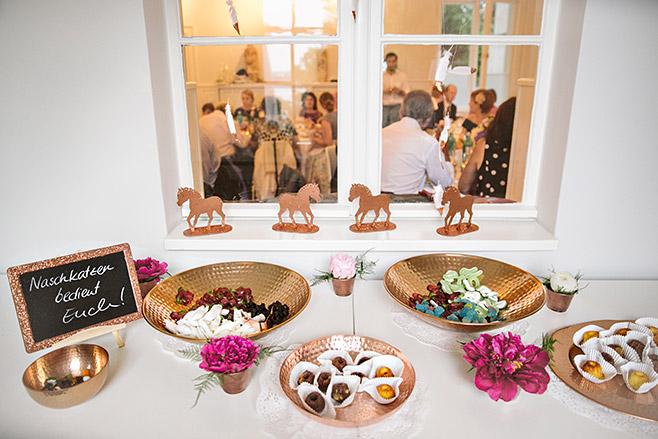 Candybar bei Hochzeit mit kupferfarbenen Schalen und passenden Deko-Pferdchen in Kupfer in Villa Blumenfisch © Hochzeitsfotograf Berlin www.hochzeitslicht.de