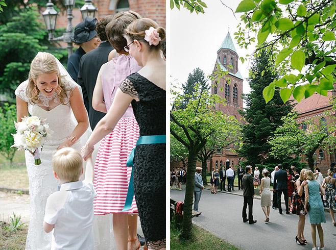 Hochzeitsfotos von Braut und Gästen vor Katholischer Kirche Heilige Familie, Berlin © Hochzeitsfotograf Berlin www.hochzeitslicht.de