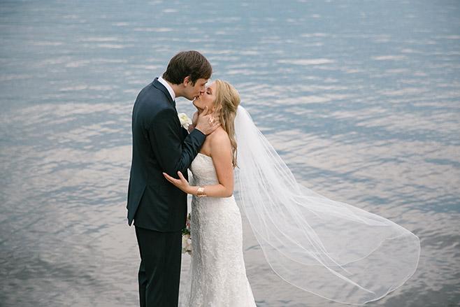 Brautpaarfoto am Wannsee bei Hochzeit in der Villa Blumenfisch aufgenommen von professioneller Berliner Hochzeitsfotografin © Hochzeitsfotograf Berlin www.hochzeitslicht.de