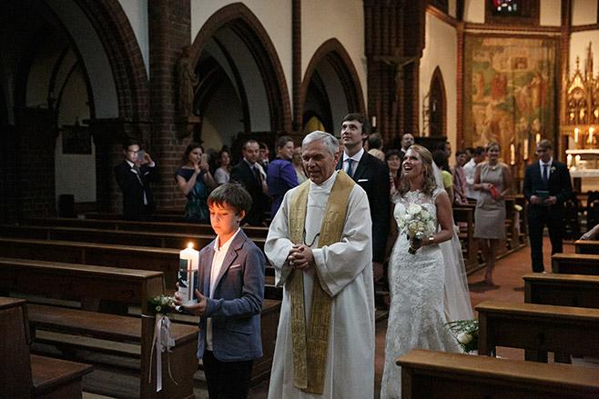 Auszug von Brautpaar nach Trauung aus Katholischer Kirche Heilige Familie Berlin © Hochzeitsfotograf Berlin www.hochzeitslicht.de
