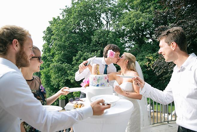 Brautpaar beim Anschneiden der Hochzeitstorte während Villa Blumenfisch Hochzeit © Hochzeitsfotograf Berlin www.hochzeitslicht.de