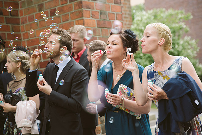 professionelle Hochzeitsfotos von Gratulation der Gäste nach kirchlicher Trauung Berlin © Hochzeitsfotograf Berlin www.hochzeitslicht.de