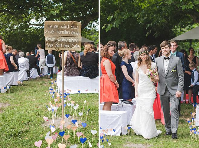 Hochzeitsfotografie von Vintage Holzschild und Auszug des Brautpaares nach Trauung bei Hochzeit auf Landgut Stober Brandenburg © Hochzeitsfotograf Berlin www.hochzeitslicht.de