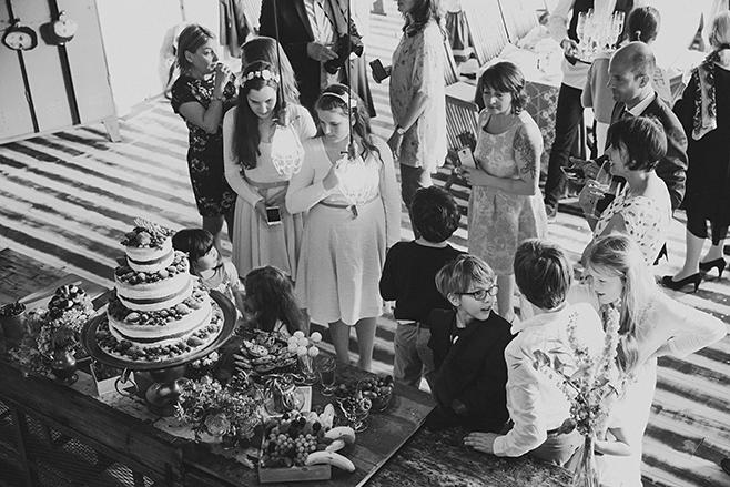 Hochzeitsreportagefoto von Hochzeitsfeier bei Lofthochzeit in Fabrik 23 Berlin aufgenommen von Berliner Hochzeitsfotograf © Hochzeitsfotograf Berlin www.hochzeitslicht.de