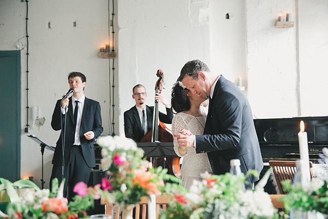 Hochzeitstanz bei urban-eleganter Hochzeit in Fabrik 23 Berlin © Hochzeitsfotograf Berlin www.hochzeitslicht.de