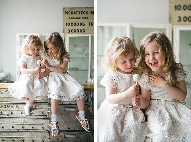 Portraitfoto von zwei kleinen Mädchen bei Vintage-Hochzeit in Fabrik 23 aufgenommen von professioneller Hochzeitsfotografin Berlin © Hochzeitsfotograf Berlin www.hochzeitslicht.de