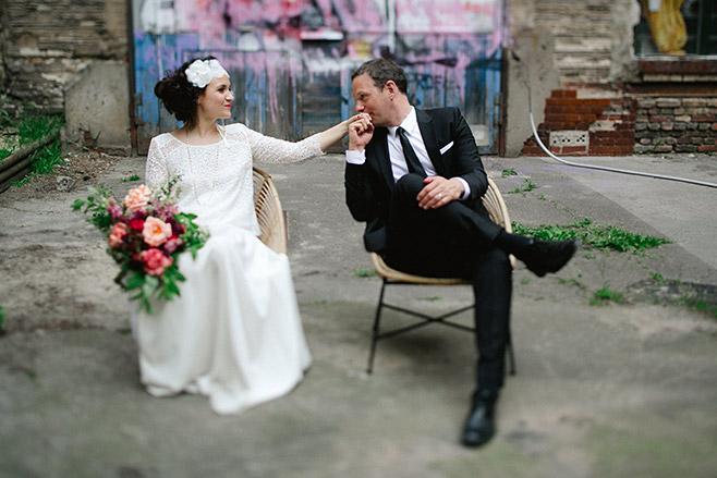 Brautpaarfoto bei urban eleganter Hochzeit in Fabrik 23 Berlin © Hochzeitsfotograf Berlin www.hochzeitslicht.de