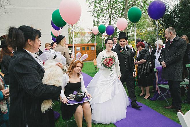 Braut und Bräutigam beim Einzug während freier Trauung bei Alice im Wunderland Hochzeit Berlin © Hochzeitsfotograf Berlin www.hochzeitslicht.de