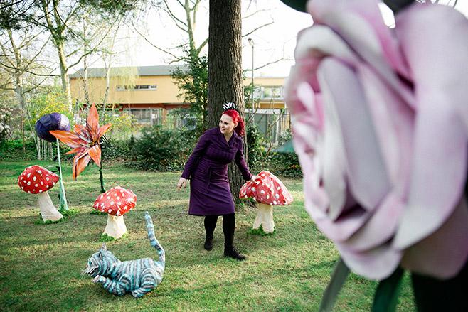 Hochzeitsplanerin Svenja Schirk bei Alice-im-Wunderland-Hochzeit aufgenommen von professioneller Hochzeitsfotografin Berlin © Hochzeitsfotograf Berlin www.hochzeitslicht.de