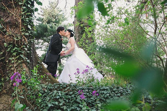romantische Hochzeitsfotografie in der Natur aufgenommen von professioneller Hochzeitsfotografin © Hochzeitsfotograf Berlin www.hochzeitslicht.de