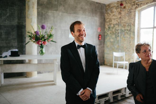 Hochzeitsfoto von wartendem Bräutigam bei Trauung in Alter Teppichfabrik Berlin-Friedrichshain © Hochzeitsfotograf Berlin www.hochzeitslicht.de