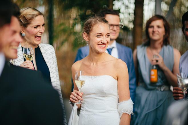 Hochzeitsbild von Braut und Hochzeitsgästen bei Sektempfang bei urbaner Sommerhochzeit in Berlin-Friedrichshain © Hochzeitsfotograf Berlin www.hochzeitslicht.de