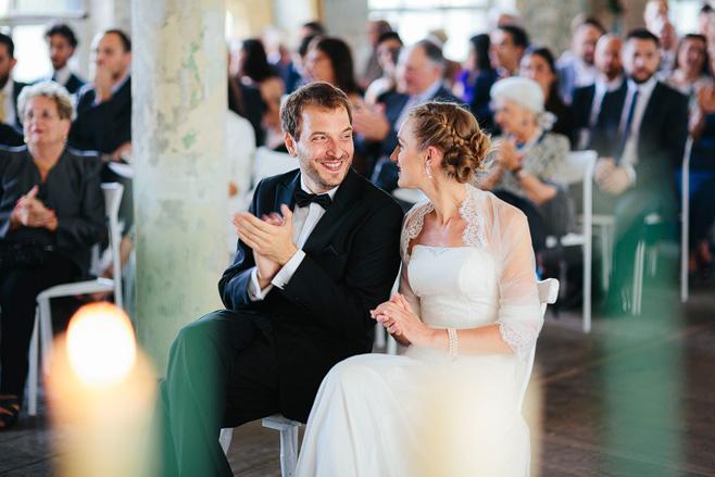 Natürliche Hochzeitsfotografie von Braut und Bräutigam während Trauung bei Hochzeit im urban industrial Chic in Alter Teppichfabrik Friedrichshain © Hochzeitsfotograf Berlin www.hochzeitslicht.de