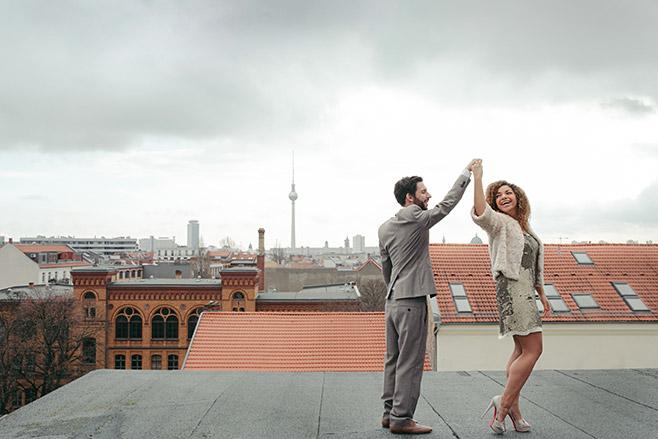 Kreative Idee vom Paarfotograf für Verlobungsfoto auf Dach in Berlin © Hochzeitsfotograf Berlin www.hochzeitslicht.de