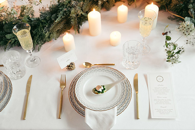 winterliche Tischdekoration bei Verlobungsfeier in Berlin, die sich auch für eine Winterhochzeit anbietet © Hochzeitsfotograf Berlin www.hochzeitslicht.de