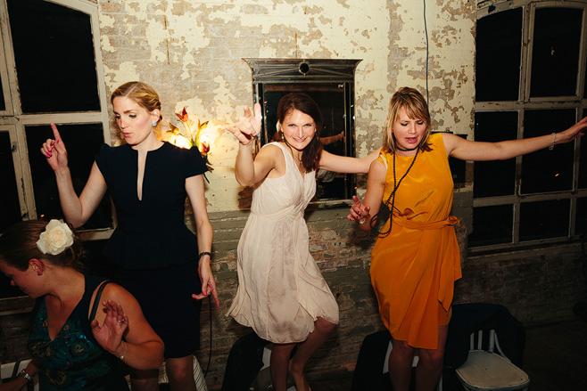 Hochzeitsparty am Abend bei urban-industrial Hochzeit in Alter Teppichfabrik Berlin-Friedrichshain © Hochzeitsfotograf Berlin www.hochzeitslicht.de