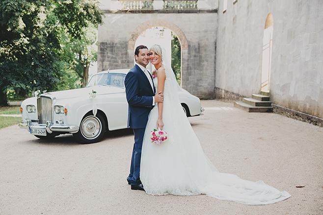 klassisches Brautpaarfoto vor Brautwagen aufgenommen von professionellem Hochzeitsfotograf Berlin © Hochzeitsfotograf Berlin www.hochzeitslicht.de