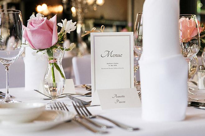 Hochzeitsfoto von Tischdekoration und Menükarte bei Hochzeit im Restaurant Remise im Schloss Glienicke direkt am Wannsee in Berlin © Hochzeitsfotograf Berlin www.hochzeitslicht.de