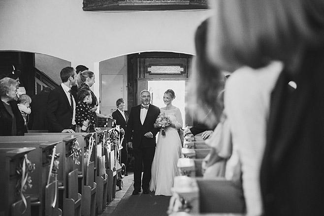 Hochzeitsfoto vom Einzug der Braut bei kirchlicher Trauung in St. Annen-Kirche in Berlin-Dahlem © Hochzeitsfotograf Berlin www.hochzeitslicht.de
