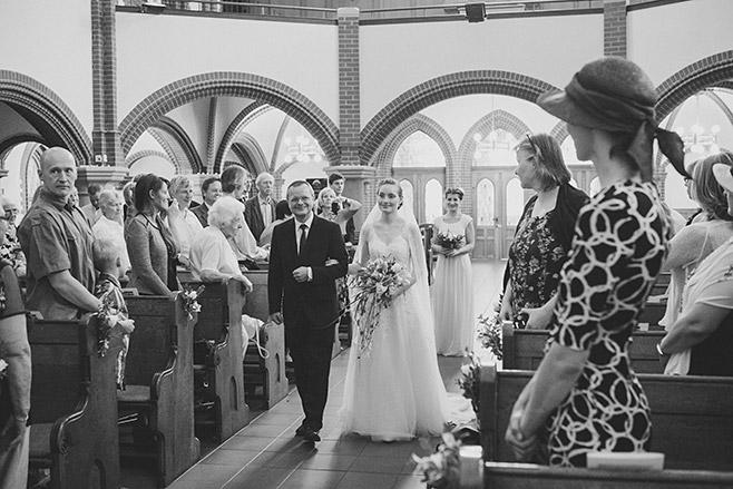 Hochzeitsfoto von Einzug der Braut in Pauluskirche Zehlendorf aufgenommen von professioneller Hochzeitsfotografin Berlin  © Hochzeitsfotograf Berlin www.hochzeitslicht.de
