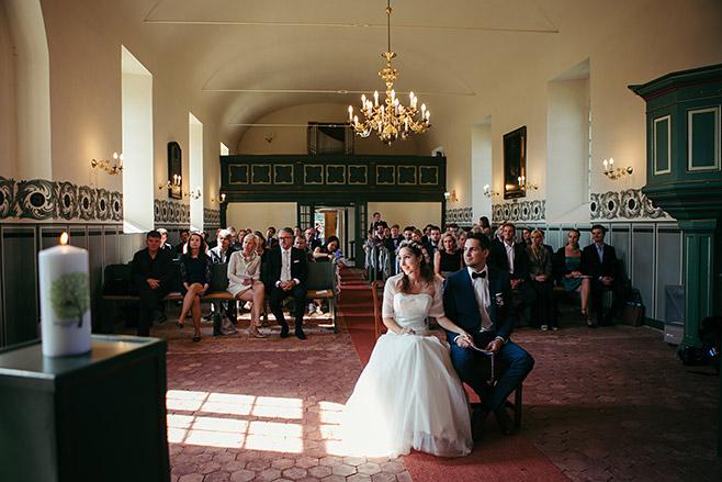 Professionelles Hochzeitsfoto von Trauung in Feldsteinkirche Wulkow aufgenommen von Hochzeitsfotograf bei Hochzeitsreportage Haus Tornow © Hochzeitsfotograf Berlin www.hochzeitslicht.de