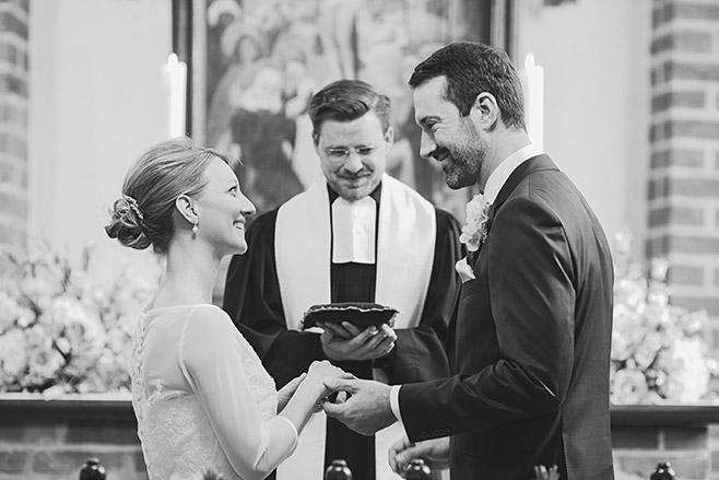 Hochzeitsreportage-Foto beim Ja-Wort des Brautpaares bei kirchlicher Trauung in St. Annen-Kirche in Dahlem aufgenommen von professionellem Hochzeitsfotograf Berlin © Hochzeitsfotograf Berlin www.hochzeitslicht.de