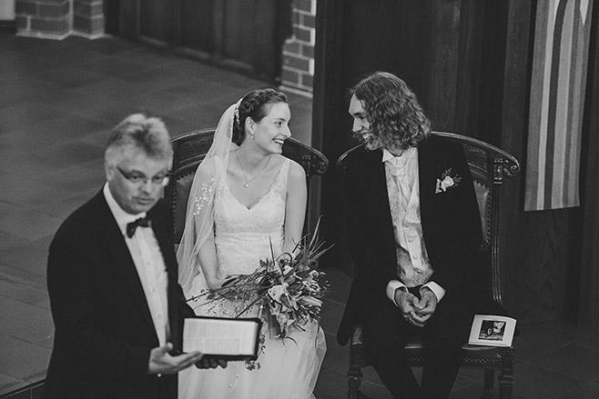 Authentisches Hochzeitsreportage-Foto bei kirchlicher Trauung in Pauluskirche Zehlendorf © Hochzeitsfotograf Berlin www.hochzeitslicht.de