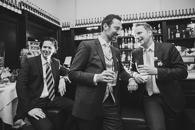 Hochzeitsreportage-Foto von Bräutigam mit Gästen bei Hochzeitsfeier am Abend in Restaurant Remise Schloss Glienicke in Berlin-Wannsee © Hochzeitsfotograf Berlin www.hochzeitslicht.de